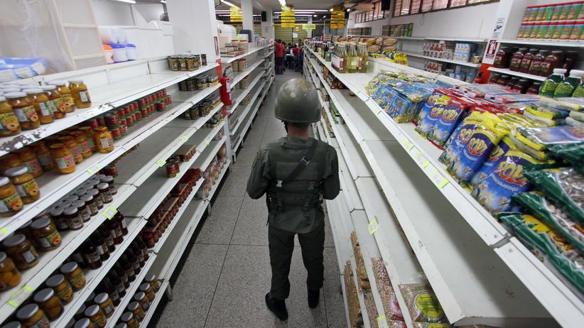 Venezuela: Begleitetes Shoppen: Ein Soldat hält in der Region Táchira in einem Supermarkt Wache.