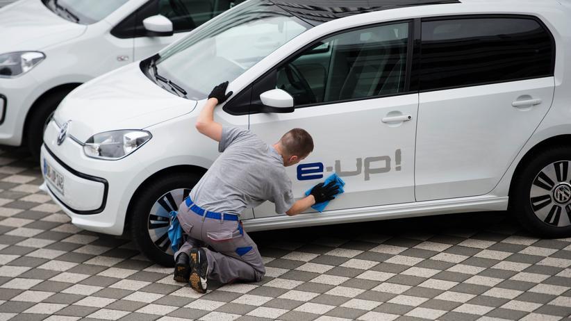 Elektromobilität: Letzter Schliff an einem E-Auto von VW in dessen Werk in Wolfsburg