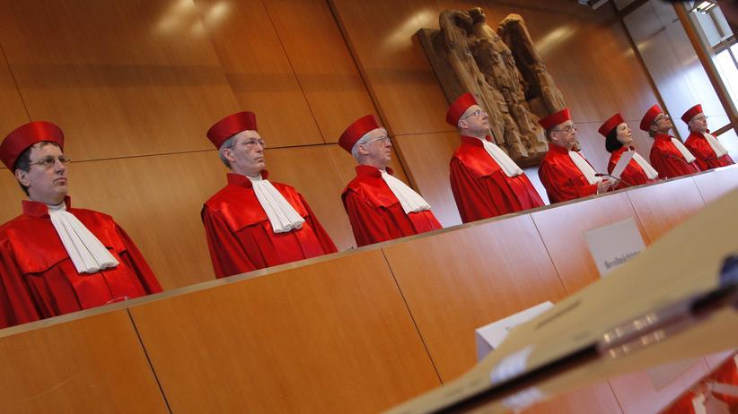 Das Bundesverfassungsgericht entscheidet heute über den Eurorettungskurs der EZB.