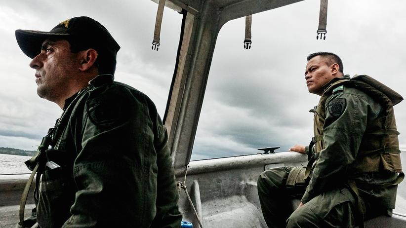 Kolumbien: Hafenpatrouille in Buenaventura, links Coronel Álvaro Guerrero