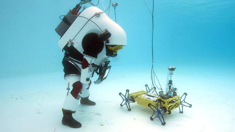 """Künstliche Intelligenz: Das Roboterfahrzeug """"Yemo"""" des Deutsches Forschungszentrums für Künstliche Intelligenz wird für einen Einsatz auf dem Mond oder dem Mars vorbereitet. (Archivbild)"""