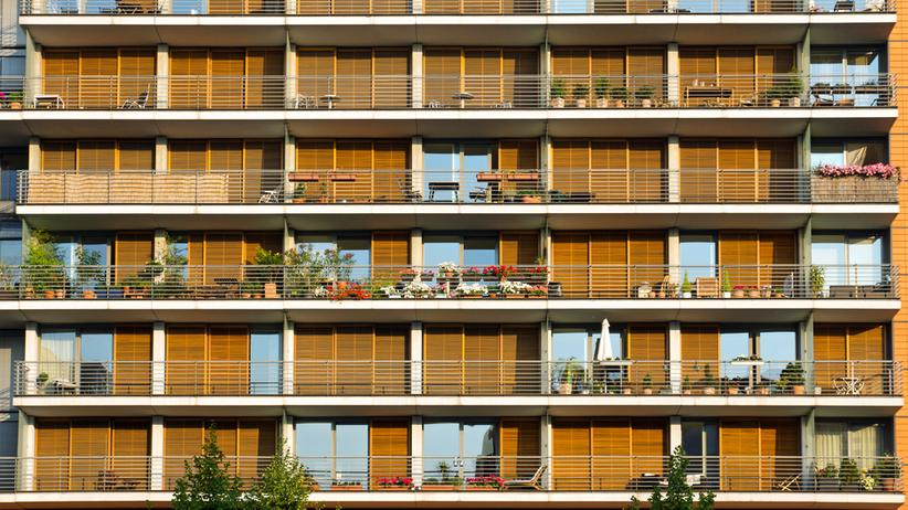 Immobilienmarkt: Balkone eines Mehrfamilienhauses in Berlin