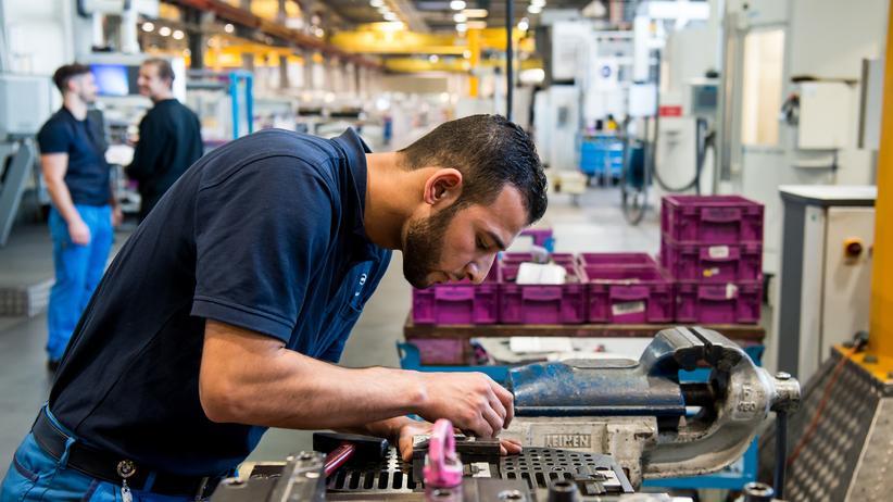 Arbeitsmarkt: Ein Flüchtling aus Syrien, der bei BMW in München ausgebildet wird.