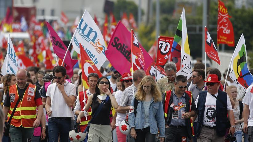 Streiks in Frankreich: Streikende demonstrieren in Nantes gegen die Reform der französischen Arbeitsgesetze, aufgenommen am 9. Juni 2016. Präsident François Hollande will die 35-Stunden-Woche und den Kündigungsschutz lockern. Für diesen Donnerstag hat die linke Gewerkschaft CGT zu einem Marsch gegen die Reform aufgerufen.
