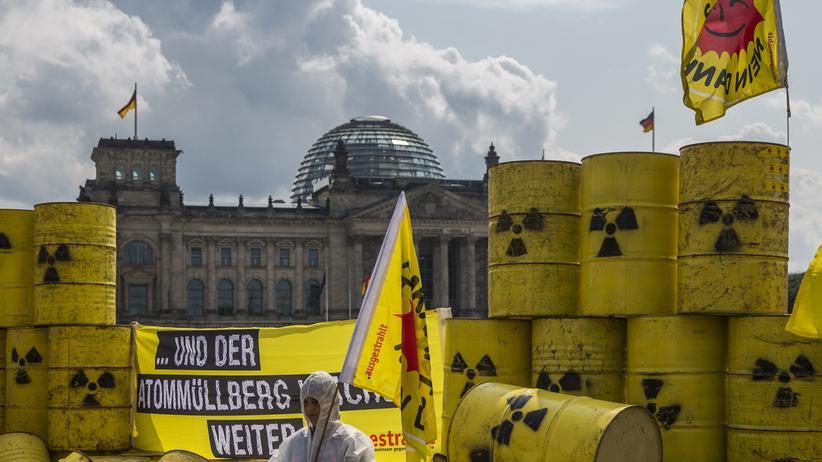 Atommüll-Endlagerung: Umweltschützer protestieren mit Atommüll-Atrappen vor dem Reichstag in Berlin. (Archiv)
