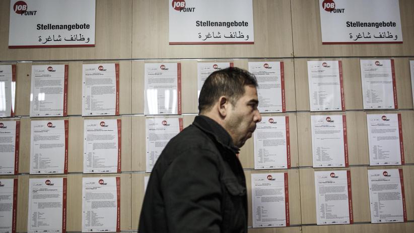 Flüchtlinge am Arbeitsmarkt: Flüchtling in einer Berliner Unterkunft vor einer Tafel mit Jobangeboten