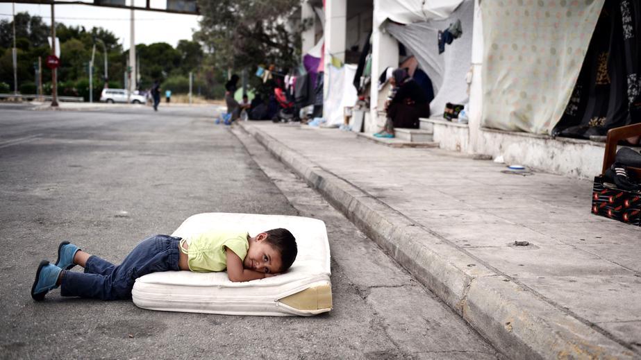 Griechenland: Ein Flüchtlingskind im improvisierten Lager auf dem alten Athener Flughafengelände