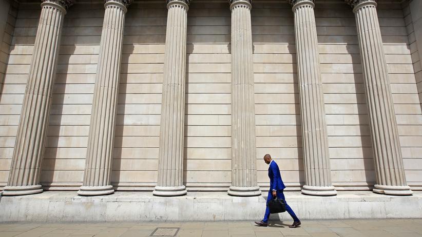 Immobilienmarkt: Passant vor der Bank of England in London