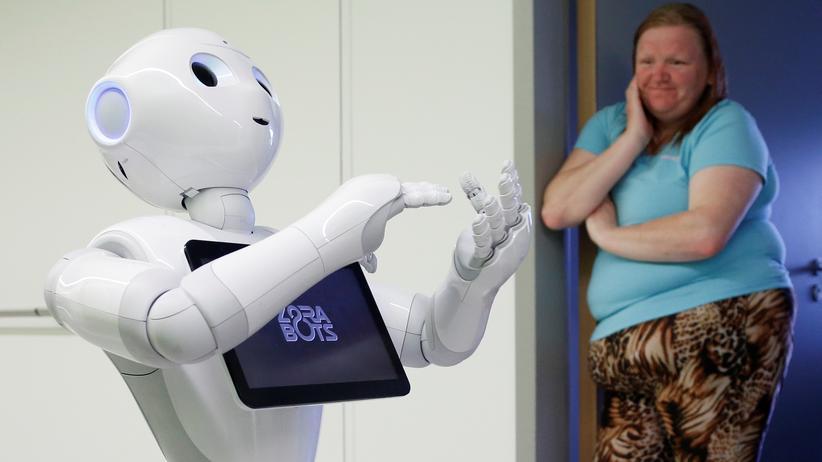 Roboter: Ein Roboter kümmert sich in einem Krankenhaus um Gäste und Patienten