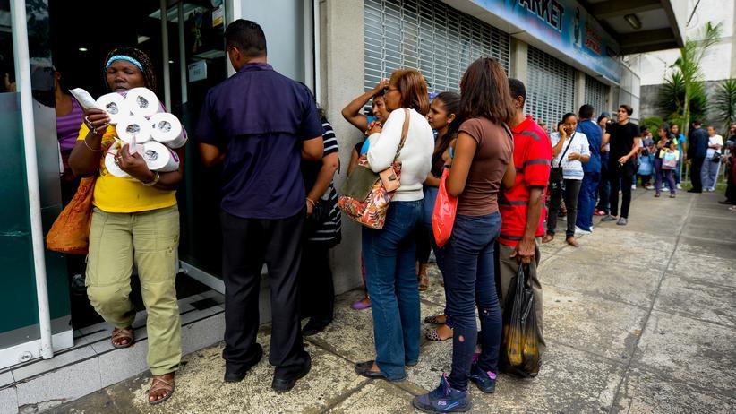 So wie hier Mitte Juni in Caracas heißt es für viele Menschen in Venezuela: in der Schlange stehen für Brot, Milch oder Toilettenpapier.