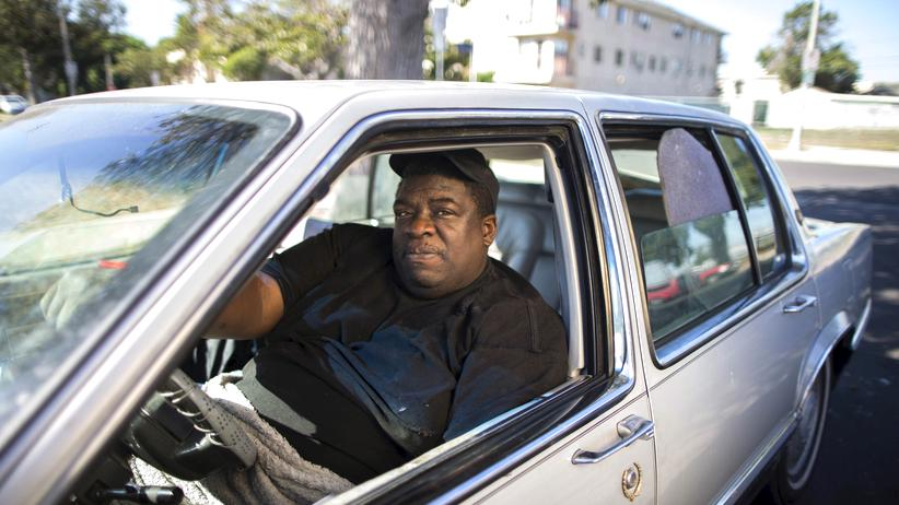 Grundeinkommen: Victor Augustine aus Los Angeles arbeitet in Teilzeit für einen Sicherheitsdienst und übernachtet in seinem Cadillac, weil er obdachlos ist.