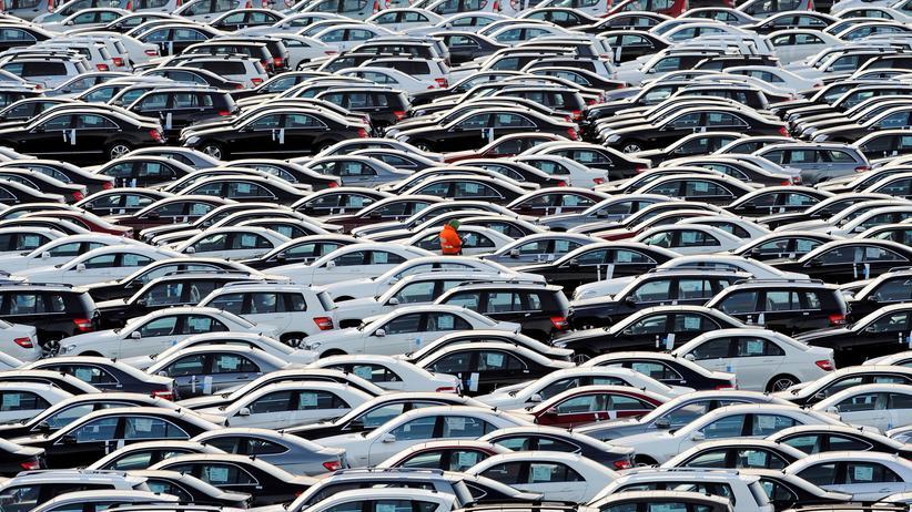 Arbeitsmarkt: Diese Autos warten darauf, in Bremerhaven auf ein Schiff geladen zu werden.