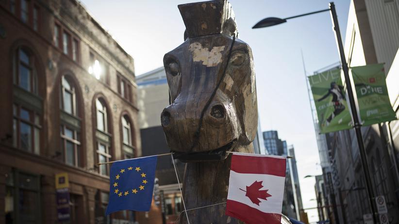 Freihandelsabkommen: Ist das Freihandelsabkommen Ceta ein trojanisches Pferd? Statue, die Aktivisten 2013 in Toronto aufstellten, um auf die Gefahren des Ceta-Abkommens aufmerksam zu machen.