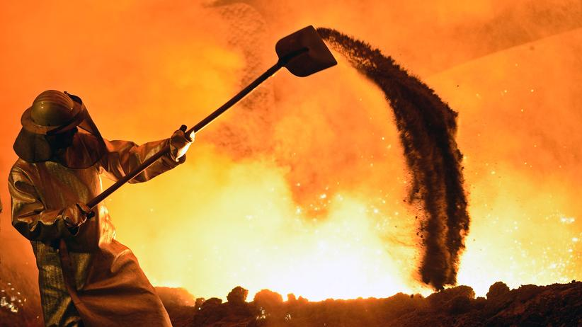 EU-Kommission: Ein Arbeiter im Stahlwerk der Salzgitter AG in Niedersachsen