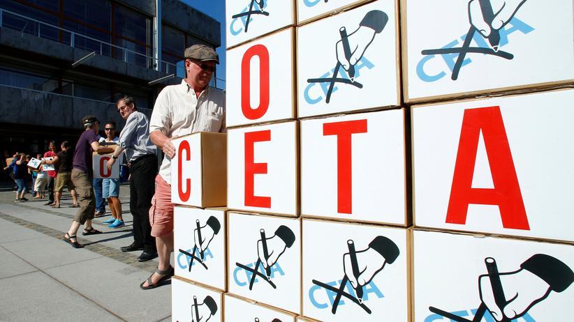 Ceta: Anti-Ceta-Protest vor dem Bundesverfassungsgericht in Karlsruhe. Die Demonstranten übergaben dem Gericht am 31. August etwa 125.000 Unterschriften.