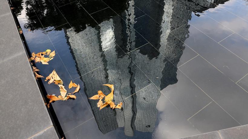 Deutsche Bank : Wasserspiegelungen des Hauptquartiers der Deutschen Bank in Frankfurt am Main