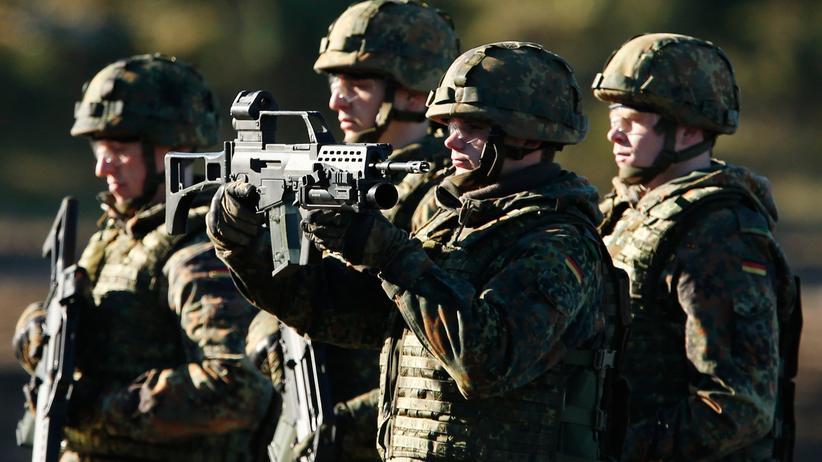 Bundeswehr: Bundeswehrsoldat mit einem G36-Gewehr ©