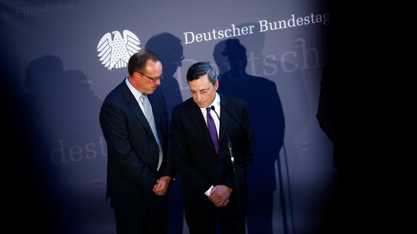 Europäische Zentralbank: Mario Draghi (r.) im Bundestag