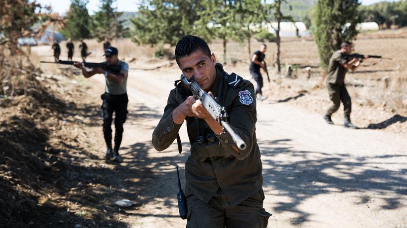 Flüchtlinge: Sie sollen Terroristen und Flüchtlinge stoppen: tunesische Grenzpolizisten.