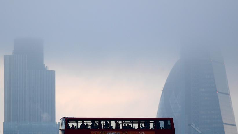 Großbritannien: Pendler überqueren die Themse im Londoner Herbstnebel.