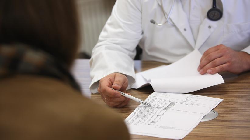 Krankenkasse: Ein Arztgespräch in Berlin