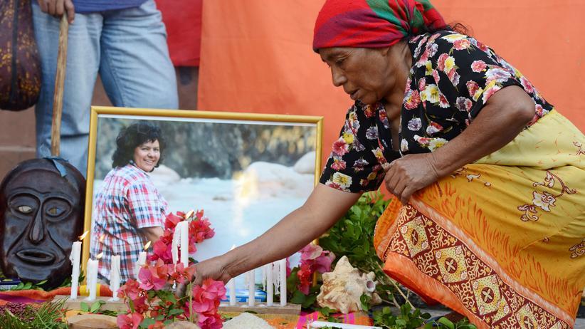 Honduras: Eine Frau legt in Tegucigalpa für Berta Cáceres Blumen nieder.