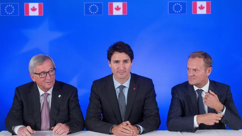 Ceta: Jean-Claude Juncker, Justin Trudeau und Donald Tusk haben Ceta unterschrieben.