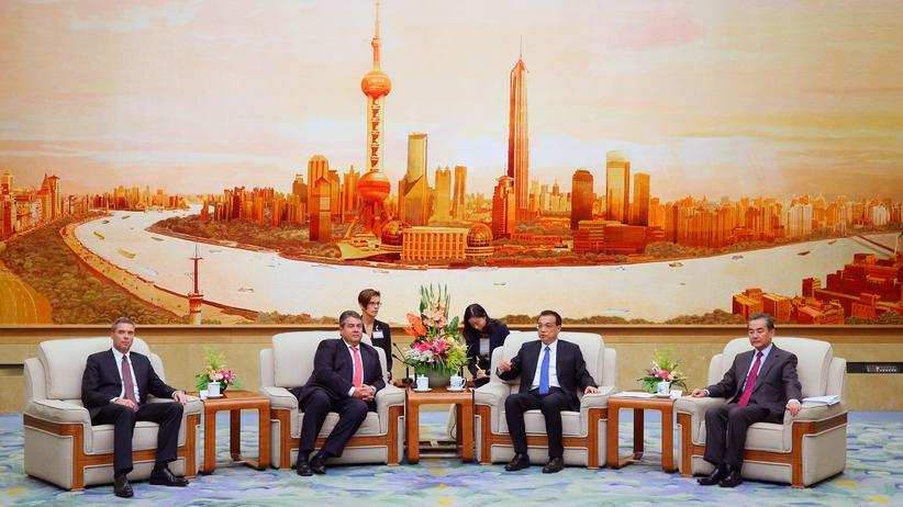 China: Unentspannt: Deutschlands Wirtschaftminster Sigmar Gabriel (mitte links) und Chinas Premier Li Keqiang (rechts daneben) in der Großen Halle des Volkes in Peking, 1 November 2016