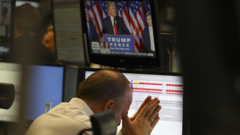 Finanzmärkte: Kurseinbrüche an den internationalen Finanzmärkten: ein Händler an der Frankfurter Börse