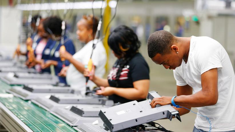 US-Wirtschaft: Arbeiter setzen Fernseher in einer Fabrik in South Carolina zusammen.