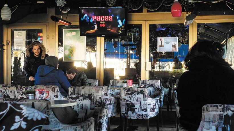 Fake News: Im Café Akvarius im mazedonischen Veles trifft man Menschen, die offen darüber erzählen, wie sie mit Falschnachrichten Geld verdienen.