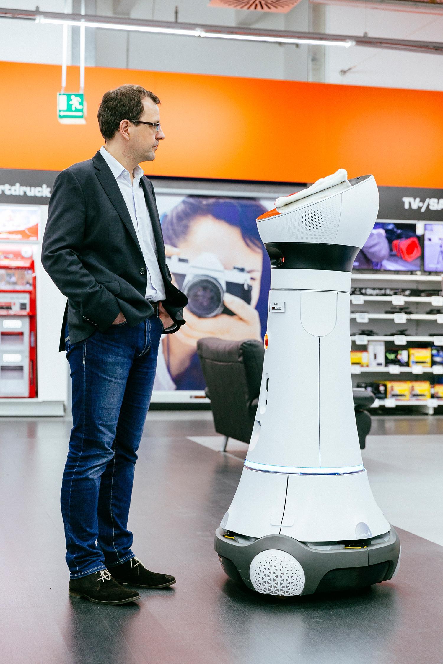Verkaufsroboter: Unser Autor Marcus Rohwetter mit dem Verkäuferroboter Paul