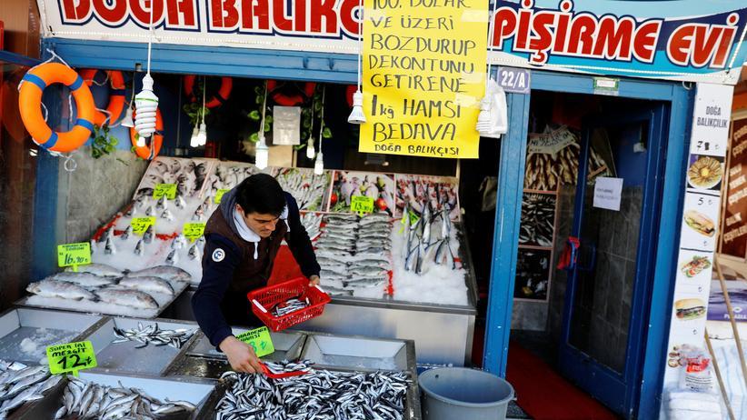Wirtschaft in der Türkei: Dollar in Lira tauschen und den Grabstein gibt's gratis dazu