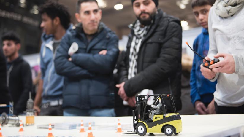 Arbeitsmarkt: Besucher einer Jobmesse für Geflüchtete in Berlin