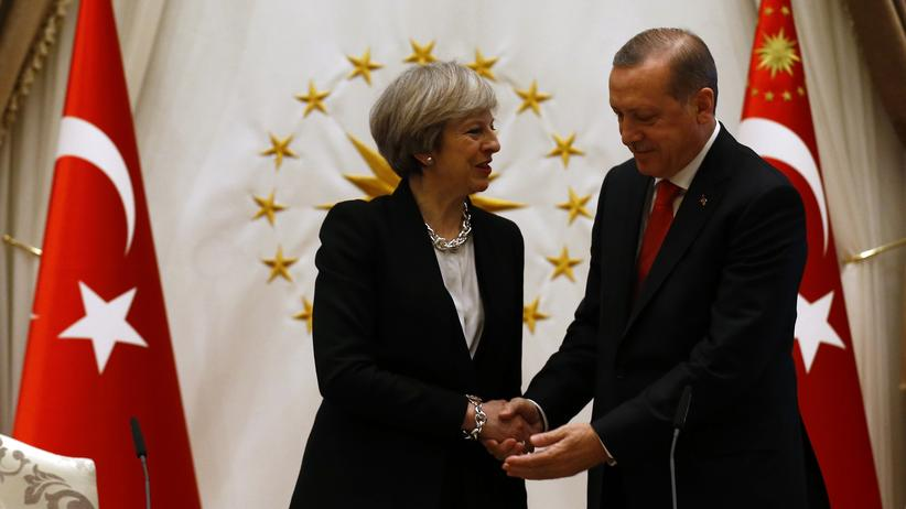 Türkei: Erdoğan begrüßt May im Präsidentenpalast in Ankara.