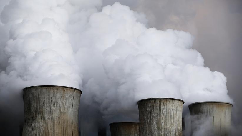 Emissionshandel: Aus diesen Kühltürmen steigt nur Dampf – das dazu gehörende Kraftwerk aber stößt dennoch viel Kohlendioxid aus. Die Aufnahme entstand im RWE-Kohlekraftwerk in Niederaussem (Archiv).