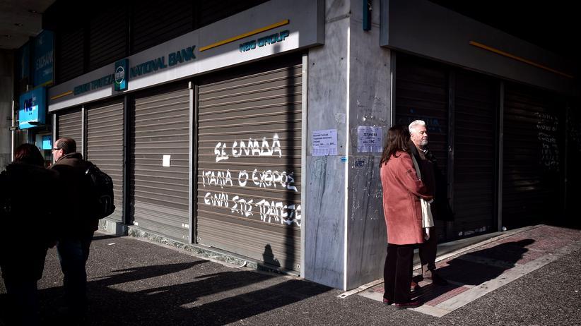 Griechenland: Passanten vor einer Bankfiliale in Athen