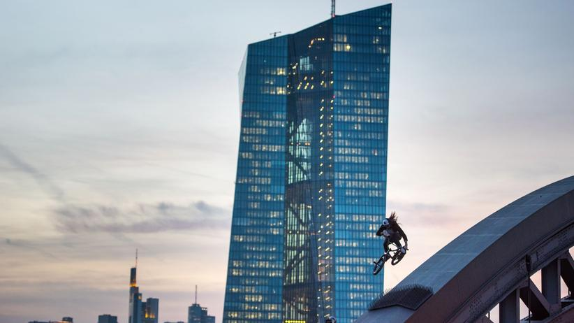 Krisentheorie: Ein Biker vor dem Turm der EZB in Frankfurt