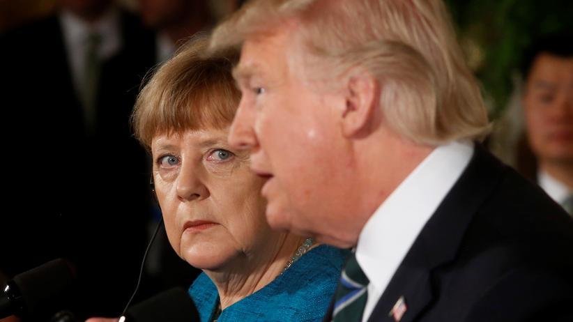 Donald Trump: Bundeskanzlerin Angela Merkel beobachtet US-Präsident Donald Trump