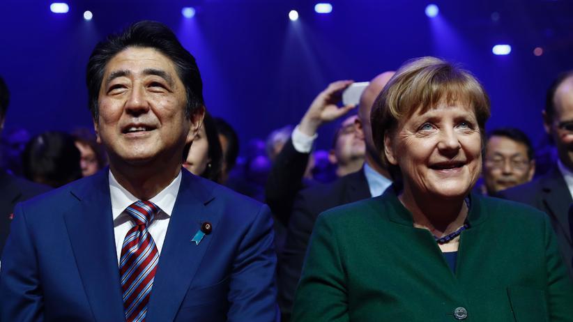 Cebit: Merkel und Abe wollen Freihandel stärken