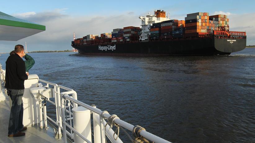 Reedereien: Frachtschiff auf der Elbe