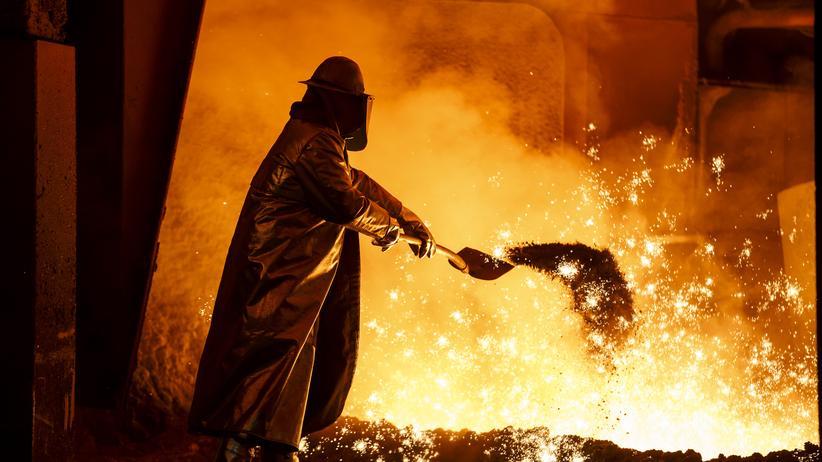 IG Metall: Ein Stahlarbeiter der Salzgitter AG in Salzgitter
