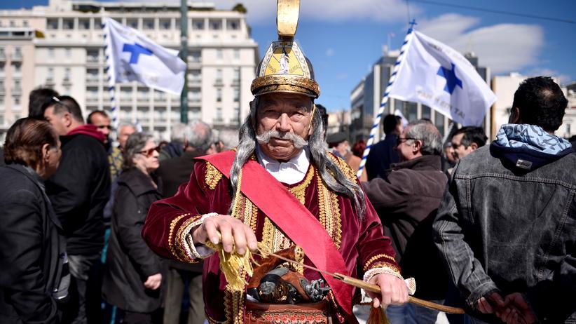 Griechenland und IWF: Ein Athener Rentner verkleidet als Freiheitskämpfer während einer Demonstration