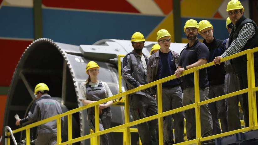 Deutschland: Arbeiter in der Berliner Gasturbinen-Fabrik von Siemens