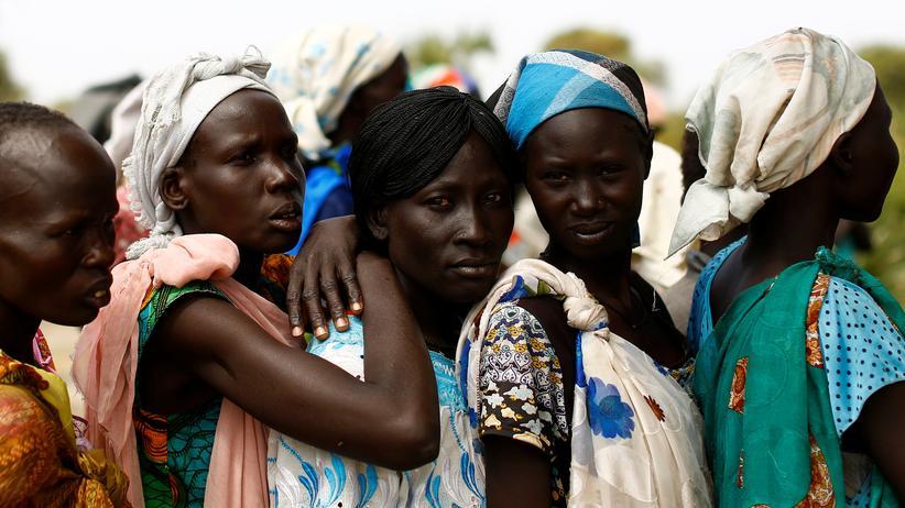 Nahrungsmittelknappheit: Frauen warten im Ort Rubkuai im südsudanesischen Teilstaat Unity vor einer mobilen Klinik der Vereinten Nationen.