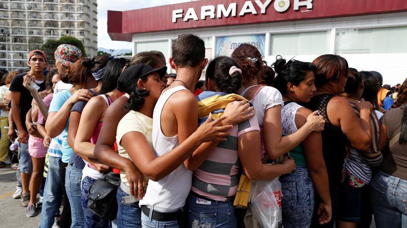 Venezuela: In Venezuelas Hauptstadt Caracas stehen Kunden vor einer Apotheke Schlange.