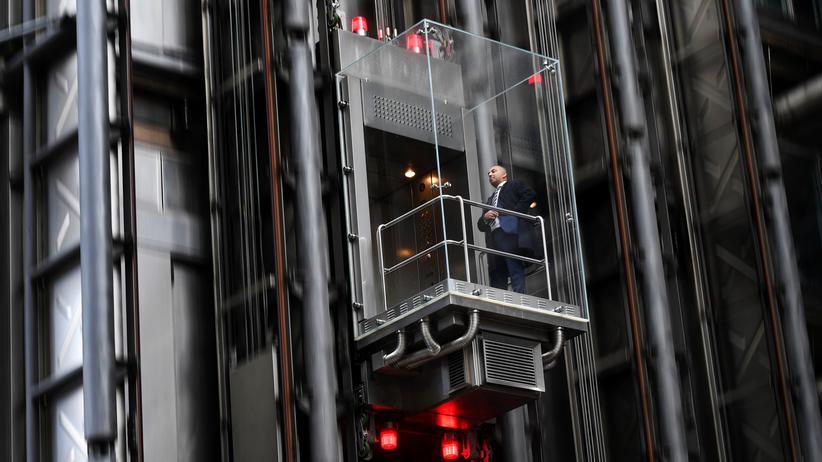 Brexit: Nach oben oder nach unten? Bei Lloyd's of London, dem Traditionsversicherer in der Londoner City, nimmt ein Mann den Lift.