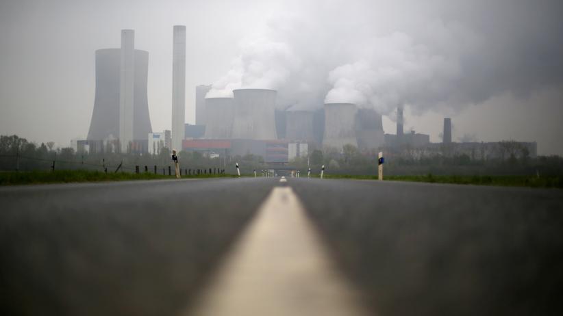 Energiepolitik: Das Braunkohlekraftwerk Niederaußem: hohe Emissionen, für die der Betreiber RWE kaum Abgaben leisten muss