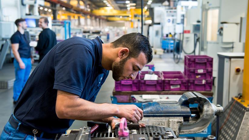 Arbeitsmarkt: Der Syrer Ali Ibrahim (l.) in einer Autofabrik in München, wo er an einem Programm für junge Flüchtlinge teilnimmt