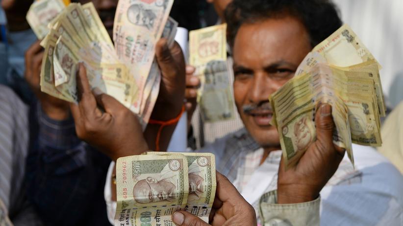 Indien: Inder warten vor der Reserve Bank in Bangalore darauf, abgeschaffte 500- und 1.000-Rupien-Scheine einzulösen.